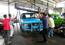 "Miri/Sarawak/Malaysia: Dismantling the roof rack on the occasion of the second ""rejuvenation"""